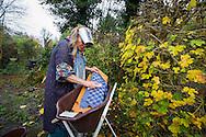 Foto: Gerrit de Heus. Tjuchem. 22-11-2014. Renske Nijland woont in hutten in het bos.