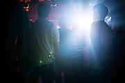 Publiken i en källare i stadsdelen Akihabara uppträder 'idoler' framför sina trogna fans. De flesta i publiken kan texterna och sjunger med. Tokyo, Japan