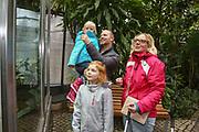 """Mannheim. 02.01.18   <br /> Luisenpark. Feature im Pflanzenschauhaus. Viele Besucher, darunter Familien, nutzen die """"Freien Tage"""" nach Weihnachten und Neujahr für einen Besuch im Luisenpark.<br /> - Familie Bartholomä aus Schifferstadt. <br /> - v.l. Leana, Thorsten, Luisa und Lorena<br /> Bild: Markus Prosswitz 02JAN18 / masterpress (Bild ist honorarpflichtig - No Model Release!) <br /> BILD- ID 00440  """
