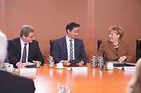 16 OCT 2013, BERLIN/GERMANY:<br /> vor Beginn der letzten regulaeren Sitzung des Kabinetts der CDU/CSu - FDP Koalition, Bundeskanzleramt<br /> IMAGE: 20131016-01-0<br /> KEYWORDS: Kabinettsitzung