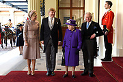 Staatsbezoek van Koning Willem Alexander en Koningin Máxima aan het Verenigd Koninkrijk<br /> <br /> Statevisit of King Willem Alexander and Queen Maxima to the United Kingdom<br /> <br /> Op de foto / On the photo:  Koning Willem Alexander en koningin Maxima worden ontvangen door Koningin Elizabeth en Prins Charles bij Buckingham palace na de welkomstceremonie op de Horse Guards Parade. ///// King Willem Alexander and Queen Maxima are received by Queen Elizabeth and Prince Charles at Buckingham palace after the welcome ceremony at the Horse Guards Parade.