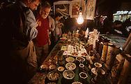 Hong Kong. night market in Temple street     / Marche  de nuit a Temple street  Mongkok kowloon    Marche de temple street, guerisseurs et diseurs de bonne aventure  /     L3134  /  R00073  /  P115226