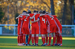 BANGOR, WALES - Saturday, November 17, 2018: Wales players form a pre-match team huddle before the UEFA Under-19 Championship 2019 Qualifying Group 4 match between Sweden and Wales at the Nantporth Stadium. (Pic by Paul Greenwood/Propaganda)