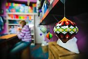 """Las tiendas de papel y hilos son los puntos de cambio de informaciones de las comunidades de """"baloeiros"""" (como se llaman los grupos que fabrican estos globos). La actividad está muy conectada a la cultura de las cometas."""