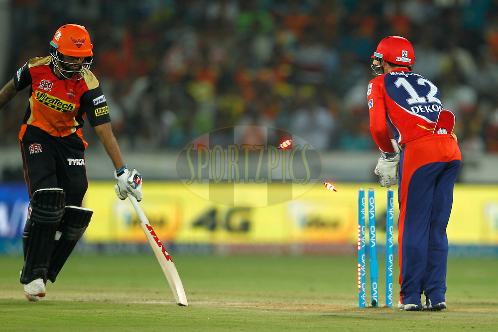 Quinton de Kock of Delhi Daredevils trying to runout during match 42 of the Vivo IPL 2016 (Indian Premier League ) between the Sunrisers Hyderabad and the Delhi Daredevils held at the Rajiv Gandhi Intl. Cricket Stadium, Hyderabad on the 12th May 2016<br /> <br /> Photo by Deepak Malik / IPL/ SPORTZPICS