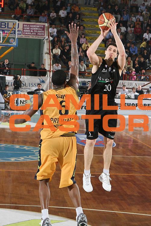 DESCRIZIONE : Porto San Giorgio Lega A1 2006-07 Premiata Montegranaro VidiVici Virtus Bologna <br /> GIOCATORE : Michelori <br /> SQUADRA : VidiVici Virtus Bologna <br /> EVENTO : Campionato Lega A1 2006-2007 <br /> GARA : Premiata Montegranaro VidiVici Virtus Bologna <br /> DATA : 19/04/2007 <br /> CATEGORIA : Tiro <br /> SPORT : Pallacanestro <br /> AUTORE : Agenzia Ciamillo-Castoria/G.Ciamillo