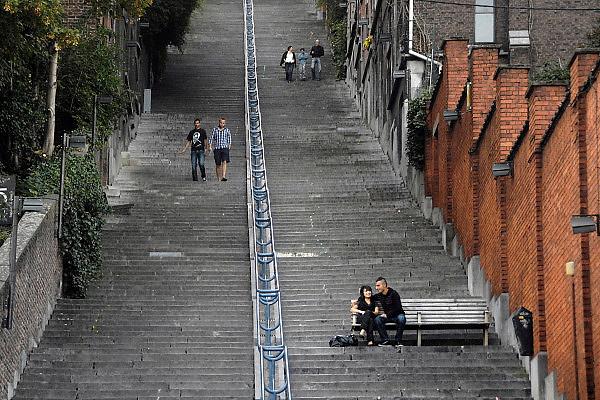 Belgie, Luik, 8-8-2010Straatbeeld in het centrum van de stad. Een verliefd stel zit op een bankje wat staat op een hele lange trap die het laaggelegen centrum verbindt met een hoger gelegen wijk.Foto: Flip Franssen/Hollandse Hoogte