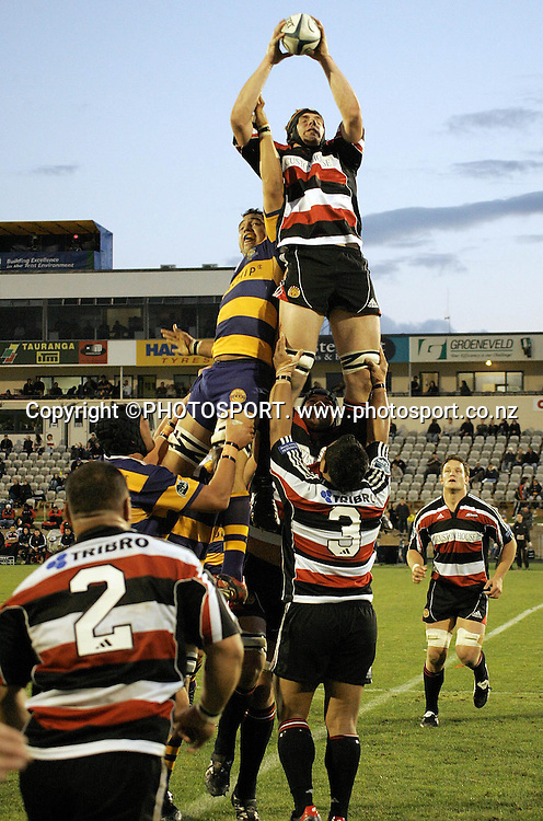 Counties lock Andrew van der Heijden secures the lihneout ball during the Air NZ Cup rugby union match between the Bay of Plenty Steamers and Counties Manukau at Bluechip Stadium, Mt Maunganui, on Saturday 16 September 2006. Bay of Plenty won the match 38-11. Photo: PHOTOSPORT<br /><br /><br />bart npc nz new zealand 160906 JB