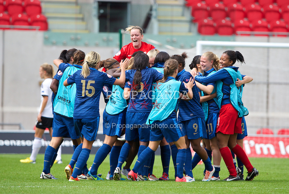 LLANELLI, WALES - Wednesday, August 28, 2013: France players celebrate their side's 2-1 victory over Germany during the Semi-Final match of the UEFA Women's Under-19 Championship Wales 2013 tournament at Parc y Scarlets. (Pic by David Rawcliffe/Propaganda)