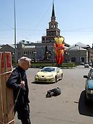 Obdachloser Mann schläft auf einem Parkplatz zwischen Autos auf der gegenüberliegenden Straßenseite des Kasaner Bahnhofs (Kasanski woksal) welcher einer der neun Bahnhöfe in Moskau ist. Er liegt am Komsomolskaja-Platz, in unmittelbarer Nähe zum Jaroslawler und dem Leningrader Bahnhof, und ist bis heute einer der größten Bahnhöfe der russischen Hauptstadt.<br /> <br /> Homeless person is sleeping on a parking place in between cars on the opposite site of the Kazansky Rail Terminal (Kazansky vokzal) which is one of eight rail terminals in Moscow, situated on the Komsomolskaya Square, across the square from the Leningradsky and Yaroslavsky terminals.