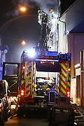Mannheim. 12.02.16 Neckarstadt. Brand in der Gärtnerstrasse. Ein Brand in der Garage eines Wohnhauses mit drei Etagen schlagen die Flammen auf den Wohnraum über. Dabei kommen zwei Menschen ums Leben. Die Feuerwehr ist mit zwei Löschzügen im Einsatz<br /> <br /> Bild: Markus Prosswitz 12FEB16 / masterpress (Bild ist honorarpflichtig - No Model Release!)