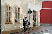 Stadt Usedom, Mann auf Fahrrad,  Insel Usedom, Mecklenburg-Vorpommern, Deutschland.|.Usedom Town, Isle of Usedom, Mecklenburg-Vorpommern Germany