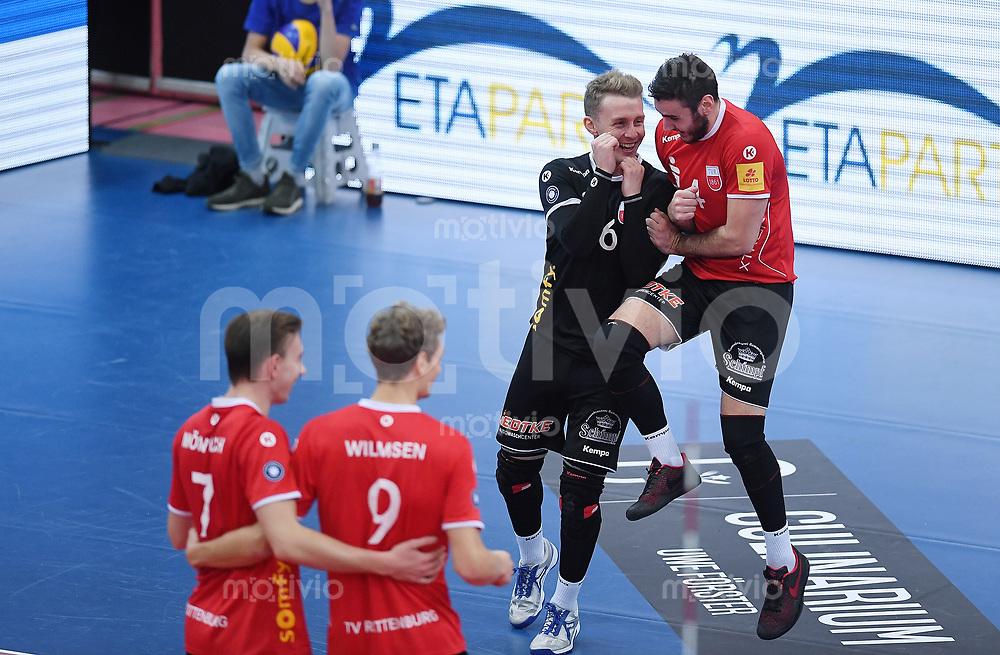 Volleyball 1. Bundesliga  Saison 2017/2018 TV Rottenburg - Volley Bisons Buehl       11.11.2017 JUBEL TV Rottenburg; Johannes Elsaesser (2.v.re) und Federico Cipollone (re) sowie Johannes Moennich (vorn li) und Lars Wilmsen
