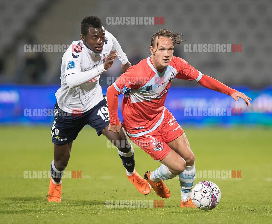 FODBOLD: Frederik Bay (FC Helsingør) følges af Mustapha Bundu (AGF) under kampen i ALKA Superligaen mellem AGF og FC Helsingør den 13. april 2018 i Ceres Park. Foto: Claus Birch.