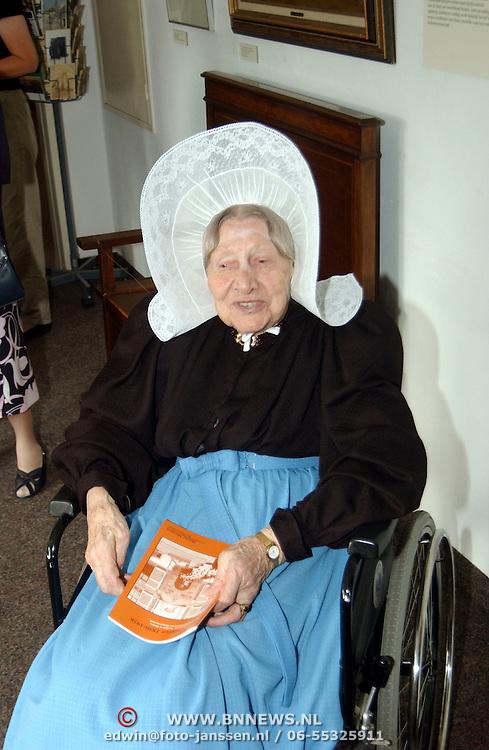 Mw. Horst - Wouda 100 jaar, rondleiding op haar verjaardag in het Huizer Museum Huizen