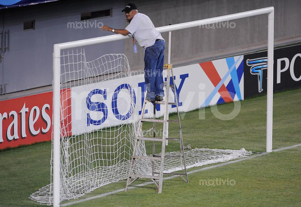 Fussball Frauen FIFA U 20  Weltmeisterschaft 2008    30.11.2008 USA - England Das Tornetz faellt, der Platzwart baut  am letzten Spieltag im Nelson Oyarzun  Stadion, das Tornetze ab.