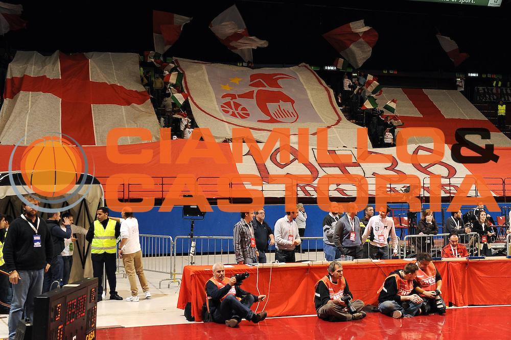 DESCRIZIONE : Milano Eurolega 2009-10 Armani Jeans Milano Panathinaikos<br /> GIOCATORE : curva tifosi Armani Jeans Milano<br /> SQUADRA : Armani Jeans Milano<br /> EVENTO : Eurolega 2009-2010<br /> GARA : Armani Jeans Milano Panathinaikos<br /> DATA : 22/10/2009<br /> CATEGORIA : ritratto curiosita<br /> SPORT : Pallacanestro<br /> AUTORE : Agenzia Ciamillo-Castoria/A.Dealberto