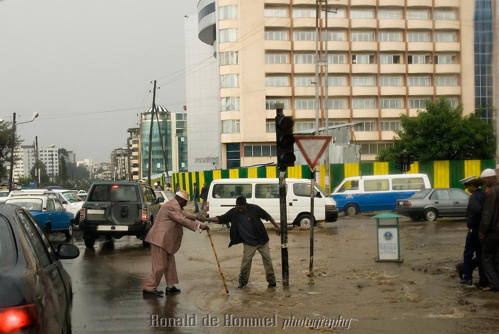 Pendant la saison des pluies, les rues d'Addis Abeba peuvent se transformer en véritables rivières. Le système d'évacuation par les égouts est quasi inexistant.