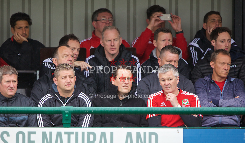 NEWPORT, WALES - Saturday, May 21, 2016: Colin Pascoe watches Tim Sherwood's practical demonstration of team rotation and balance during the Football Association of Wales' National Coaches Conference 2016 at Dragon Park FAW National Development Centre. (Pic by David Rawcliffe/Propaganda)