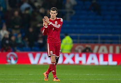 16.11.2013, Cardiff City Stadium, Cardiff, WAL, Fussball Testspiel, Wales vs Finnland, im Bild Wales' Gareth Bale applauds the fans as he leaves the field at full time // during the international friendly match between Wales and Finland at the Cardiff City Stadium in Cardiff, Great Britain on 2013/11/17. EXPA Pictures © 2013, PhotoCredit: EXPA/ Propagandaphoto/ Kieran McManus<br /> <br /> *****ATTENTION - OUT of ENG, GBR*****