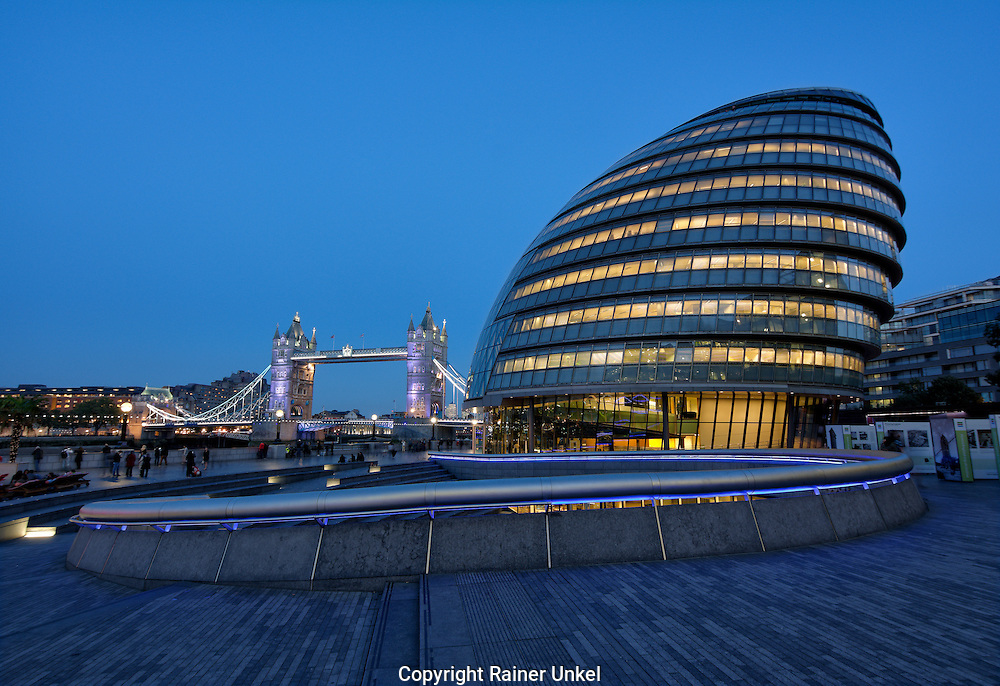 GBR , GROSSBRITANNIEN / ENGLAND / VEREINIGTES KOENIGREICH : Tower Bridge und das Rathaus ( City Hall ) von London , 09.10.2015<br />