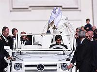 Rom, Vatikan 22.10.2014 Papst Franziskus I. bekommt bei der woechentlichen Generalaudienz auf dem Petersplatz durch einen Windstoss seinen Schulterkragen ins Gesicht.