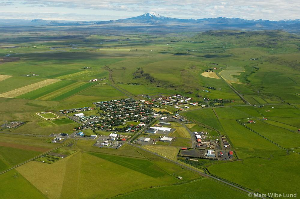 Hvolsvöllur séð til norðurs, Rangárþing eystra. Hekla i bakgrunni. / Hvolsvollur viewing north, Rangarthing eystra. Mount Hekla in background.