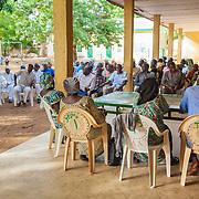 LÉGENDE: Les responsables du centre tiennent une réunion avec les parents d'élèves LIEU: Centre Social Jardin d'enfants, Sarh, Tchad. PERSONNE(S): Responsables du centre Social et les parents d'élèves.
