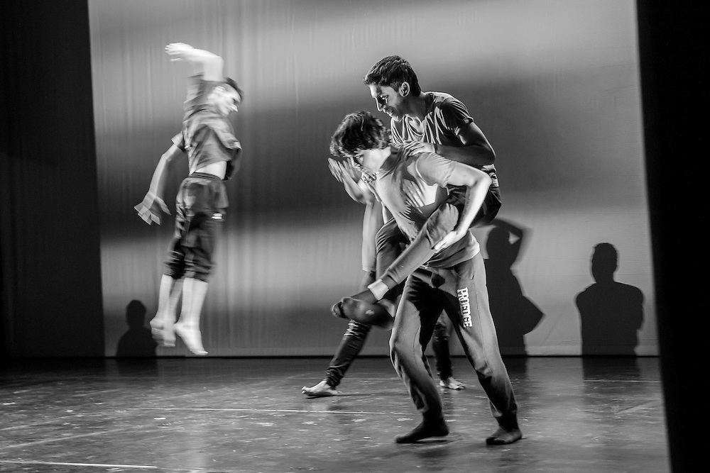 Germany - Deutschland - DANCING TO CONNECT 2016 - Battery Dance Company New York;   HIER SchülerInnen OSZ Fürstenwalde - Aufführung im Brandenburger Theater, 12.10.2016; © Christian Jungeblodt