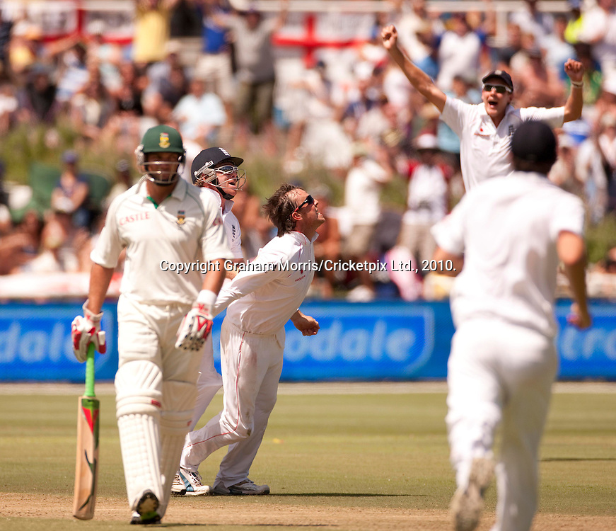 Graeme Swann celebrates the wicket of Jean-Paul Duminy during the third Test Match between South Africa and England at Newlands, Cape Town. Photograph © Graham Morris/cricketpix.com (Tel: +44 (0)20 8969 4192; Email: sales@cricketpix.com)