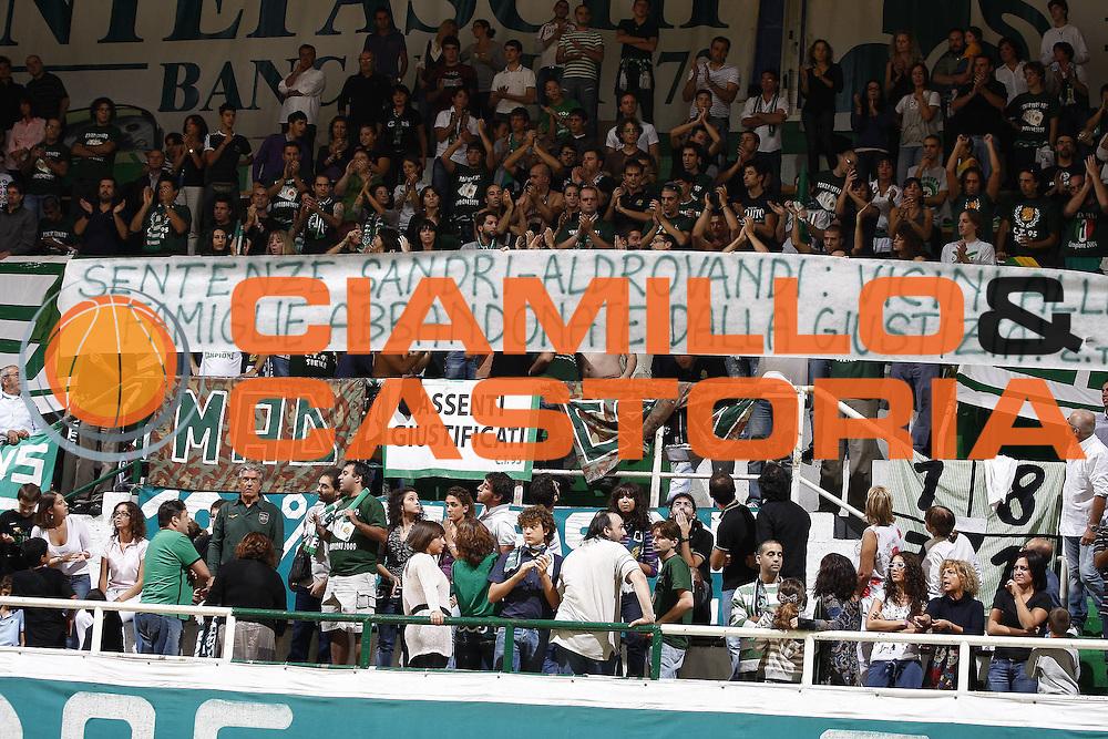 DESCRIZIONE : Siena Lega A 2009-10 Supercoppa Sisal Matchpoint Montepaschi Siena Virtus Bologna<br /> GIOCATORE : tifo tifosi fan supporter<br /> SQUADRA : Montepaschi Siena<br /> EVENTO : Campionato Lega A 2009-2010<br /> GARA : Montepaschi Siena Virtus Bologna<br /> DATA : 04/10/2009<br /> CATEGORIA : <br /> SPORT : Pallacanestro<br /> AUTORE : Agenzia Ciamillo-Castoria/E.Castoria