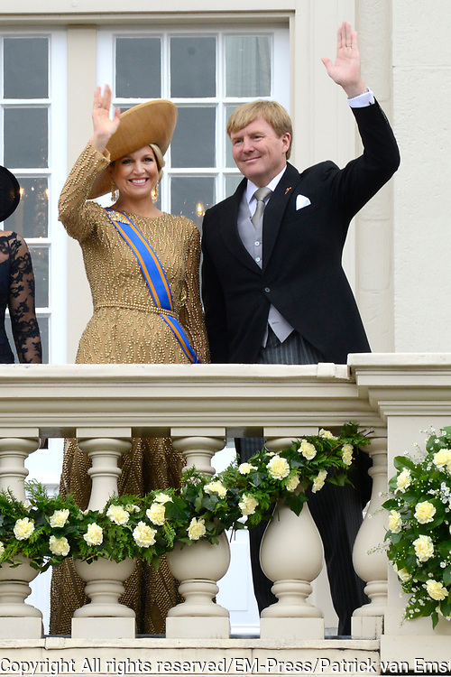 Prinsjesdag 2013 Koning Willem-Alexander en koningin M&aacute;xima groeten het publiek vanaf het bordes van Paleis Noordeinde.<br />