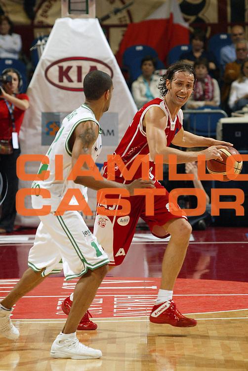 DESCRIZIONE : Milano Lega A1 2005-06 Play Off Quarti Finale Gara 2 Armani Jeans Olimpia Milano Benetton Treviso <br /> GIOCATORE : Coldebella <br /> SQUADRA : Benetton Treviso <br /> EVENTO : Campionato Lega A1 2005-2006 Play Off Quarti Finale Gara 2 <br /> GARA : Armani Jeans Olimpia Milano Benetton Treviso <br /> DATA : 20/05/2006 <br /> CATEGORIA : Palleggio <br /> SPORT : Pallacanestro <br /> AUTORE : Agenzia Ciamillo-Castoria/E.Pozzo <br /> Galleria : Lega Basket A1 2005-2006 <br /> Fotonotizia : Milano Campionato Italiano Lega A1 2005-2006 Play Off Quarti Finale Gara 2 Armani Jeans Olimpia Milano Benetton Treviso <br /> Predefinita :