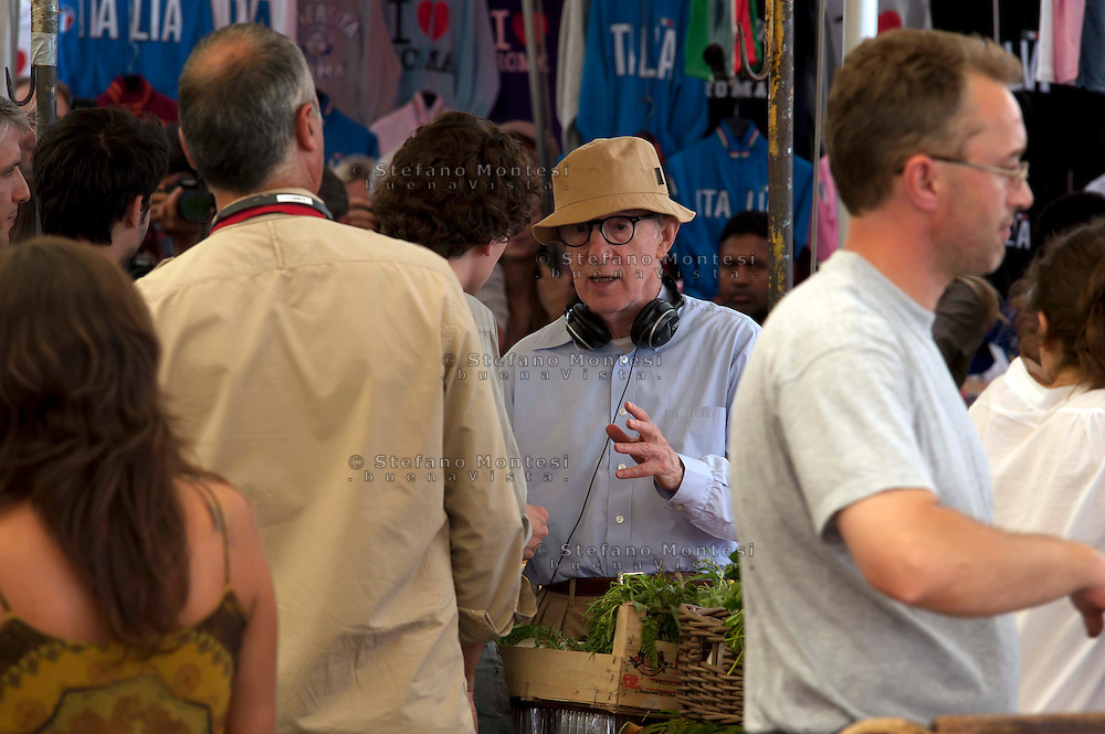Roma 28 Luglio 2011.Woody Allen  sul set del suo nuovo film The Bob Decameron di Woody Allen, al mercato di Campo de Fiori.Il regista spiega la scena all'attore Jesse Eisenberg, giovane attore americano noto per aver interpretato Mark Zuckerberg nel film «The social network».