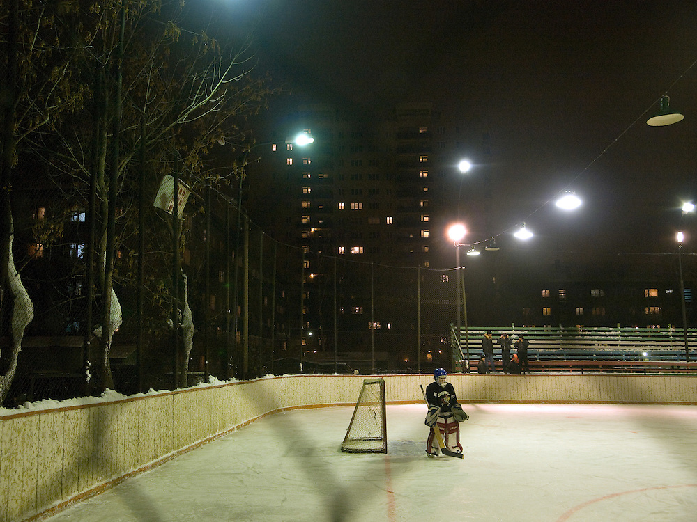Eishockey Training zwischen Plattenbauten in einem Vorort der sibirischen Hauptstadt Nowosibirsk.<br /> <br /> Ice hockey training in between panel houses in a suburb of the Sibirian capital Novosibirsk.