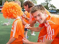AMSTELVEEN - Neth. -   Thierry Brinkman deelt handtekeningen uit na de interland wedstrijd tussen de mannen van Nederland en Frankrijk (8-1), ter voorbereiding van het EK . COPYRIGHT KOEN SUYK