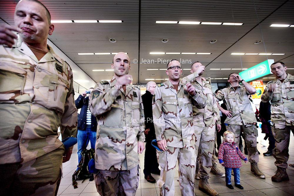 Nederland, Amsterdam Schiphol , 6 januari 2014.<br /> De eerste Nederlandse militairen vertrekken op maandag 6 januari vanaf Amsterdam Airport Schiphol naar Mali. Deze militairen, voornamelijk genisten en kwartiermakers, zullen de komst voorbereiden van de hoofdmacht, die naar verwachting in maart naar Mali vertrekt om te worden ingezet voor de United Nations Multidimensional Integrated Stabilisation Mission (MINUSMA). Deze eerste groep bestaat uit 14 militairen. Zij zullen het Nederlandse kampement, waaronder werk- en slaapverblijven, opbouwen. <br /> Op de foto: militairen drinken een afscheidsborrel op Schiphol voordat ze door de gate gaan.<br /> <br /> The first 14 Dutch soldiers left on Monday, January 6th from Amsterdam Airport Schiphol to Mali. These soldiers, mainly engineers and quartermasters, will prepare the arrival of the main force, which will be  arriving in Mali in March and will be deployed for the United Nations Stabilization Mission Multidimensional Integrated (MINUSMA).