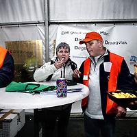 """Nederland, Aalsmeer , 6 februari 2014.<br /> Medewerkers FloraHolland gaan staken voor beter sociaal plan.<br /> Het ultimatum dat FloraHolland vorige week donderdag van de bonden ontving, is vandaag om 12.00 uur verlopen. De directie van FloraHolland heeft formeel laten weten niet op de eisen van de vakbonden voor een beter sociaal plan in te gaan.<br /> De bonden willen betere afspraken voor een nieuw sociaal plan met een looptijd van twee jaar. De afspraken moeten minimaal gelijk zijn aan de regelingen van het oude sociaal plan dat afliep in juli 2013. Celil Coban, bestuurder FNV Bondgenoten: """"Voor de medewerkers is de maat vol. In de nacht van donderdag op vrijdag aanstaande zal er 24 uur gestaakt worden.""""<br /> Bij floraholland in Aalsmeer wordt voor de stakers gratis patat en hamburgers verstrekt.<br /> <br /> Foto:Jean-Pierre Jans"""