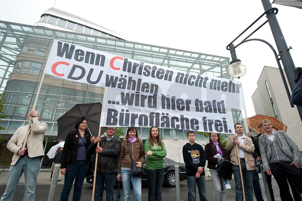 """13 SEP 2010, BERLIN/GERMANY:<br /> Einer Gruppe demonstriert mit Transparenten """"Wenn Christen nicht mehr CDU Waehlen ..."""" """"... wird hier bald Brueroflaeche frei."""" vor Beginn der Sitzung des CDU Praesidiums, vor dem Konrad-Adenauer-Haus, der CDU Bundesgeschaeftsstelle. Ganz rechts: Jacek Thomas Spendel (?), CDU Mitglied und Sprecher einer Gruppe<br /> IMAGE: 20100913-01-026<br /> KEYWORDS: Christen, christlich, Religion, religioes, religiös, Demo, Demonstranten, demonstrieren,  demonstriert"""