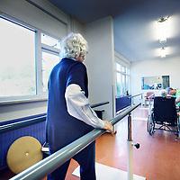 Nederland, Amsterdam , 4 juni 2013.<br /> Revalidatie ruimte in het oude gedeelte van Slotervaart verpleeghuis.<br /> Verpleeghuis Slotervaart is door de inspectie voor de Gezondheidszorg onder verscherpt toezicht geplaatst.<br /> Afgelopen november schreef de inspectie een vernietigend rapport over de Cordaaninstelling na een onaangekondigd bezoek. De zorg was onder de maat, er waren heel veel wisselingen bij de management geweest ende bezetting was niet goed. Er werd verbetering geeist: een en ander moest half maart op orde zijn. Dat bleek begin mei nog niet het geval. Ook de grootschalige verbouwing zou tot veel onrust kunnen leiden voor de bewoners.<br /> Het verpleeghuis naast het Slotervaartziekenhuis in Amsterdam West, waar demente ouderen, chronisch zieken en revaliderende patienten wonen had de afgelopen jaren al vaker problemen.<br /> De zorg blijft ondermaats. Verbeteringen na vernietigend rapport nog niet voldoende.<br /> Rehabilitation space in the old part of Slotervaart nursing home in Amsterdam West. The care remains poor.