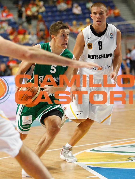 DESCRIZIONE : Madrid Spagna Spain Eurobasket Men 2007 Classification Round 5th to 8th place Gare Quinto - Ottavo Posto Germania Slovenia Germany Slovenia<br /> GIOCATORE : Jaka Lakovic<br /> SQUADRA : Slovenia Slovenia<br /> EVENTO : Eurobasket Men 2007 Campionati Europei Uomini 2007 <br /> GARA : Germania Slovenia Germany Slovenia<br /> DATA : 15/09/2007 <br /> CATEGORIA : Palleggio<br /> SPORT : Pallacanestro <br /> AUTORE : Ciamillo&amp;Castoria/M.Kulbis<br /> Galleria : Eurobasket Men 2007 <br /> Fotonotizia : Madrid Spagna Spain Eurobasket Men 2007 Classification Round 5th to 8th place Gare Quinto - Ottavo Posto Germania Slovenia Germany Slovenia<br /> Predefinita :