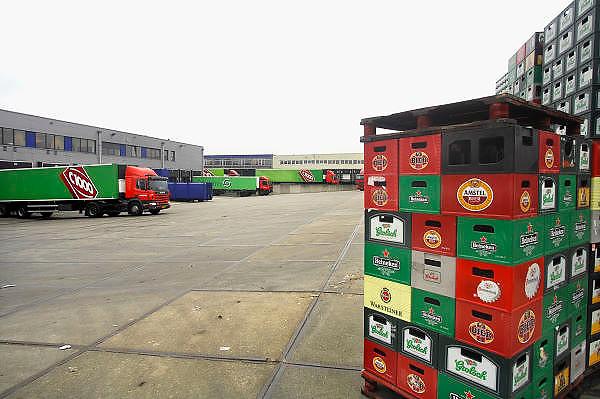 Nederland, Raalte, 17-12-2007Distributiecentrum supermarktketen C1000 Schuitema. Werknemers laden de vrachtwagens met bestellingen.Een pallet met verschillende merken bier.Foto: Flip Franssen/Hollandse Hoogte