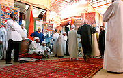 MAROC, Marrakesh: souk di tappeti, buyers and sellers gathering in the souk for the daily trade