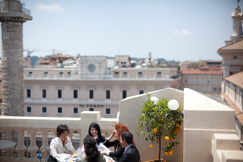 25 JUN 2010 - Roma - Mara Carfagna, Ministro per le Pari Opportunità, a pranzo con Paolo Emilio Russo (Portavoce), Emanuela Tripi (Vice Capo di Gabinetto), Cecilia Cristaudo (Segretario Particolare) e Mary Cacciapuoti (Capo Segreteria), al bar sulla terrazza del Ministero in largo Chigi. Colonna di Marco Aurelio - Rome (Italy) - Mara Carfagna, italian Minister for Equal Opportunities, in the terrace at the roof garden