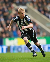 NEWCASTLE, ENGLAND - Sunday, December 28, 2008: Newcastle United's Damien Duff in action against Liverpool during the Premiership match at St James' Park. (Photo by David Rawcliffe/Propaganda)