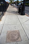 Gatsten p&aring; en trottoar i Andersonville, Chicago, Illinois, USA<br /> <br /> Klockorna p&aring; gatstenen symboliserar traditionen som de svenska n&auml;ringsidkarna startade f&ouml;r att g&ouml;ra huvudgatan finare: klockan 10 varje dag ringde n&aring;gon i en klocka och d&aring; gick alla ut och gjorde rent utanf&ouml;r sina aff&auml;rer.<br /> <br /> Foto: Christina Sj&ouml;gren