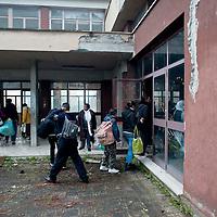 Senza casa occupano scuola abbandonata