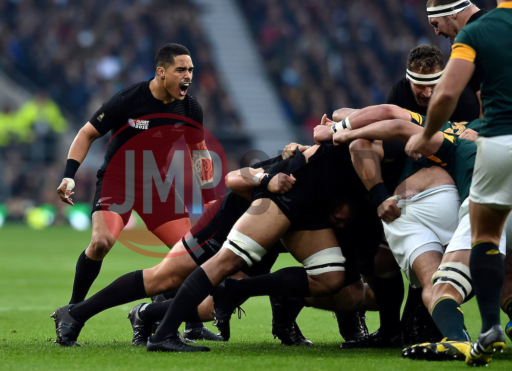 Aaron Smith of New Zealand rallies his forwards - Mandatory byline: Patrick Khachfe/JMP - 07966 386802 - 24/10/2015 - RUGBY UNION - Twickenham Stadium - London, England - South Africa v New Zealand - Rugby World Cup 2015 Semi Final.