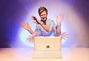 OSLO  2013-11-26: Forsker Petter Risholm jobber med et prosjekt der man skal kunne styre datamaskiner og nettbrett med håndbevegelser uten å berøre enheten. Teknologien bygger på utlralyd for å detektere hendene. FOTO: WERNER JUVIK