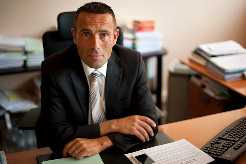 Le commissaire en chef JEAN-FRANÇOIS ILLY, Directeur départemental adjoint de Direction départementale de la sécurité publique - Bouches-du-Rhône dans son bureau à Marseille. JEAN-FRANÇOIS ILLY est connu pour avoir été gravement blessé en 2007 lors de la première soirée de violences à Villiers-le-Bel. Arrivé sur place peu après l'accident de la circulation qui a coûté la vie à deux adolescents, il a été roué de coups par 30  jeunes qu'il tentait de calmer.
